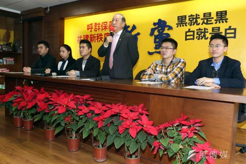 20171226-新黨上午召開「創新之旅」促進兩岸交流新聞發布會,由黨主席郁慕明(中)主持。(蘇仲泓攝)