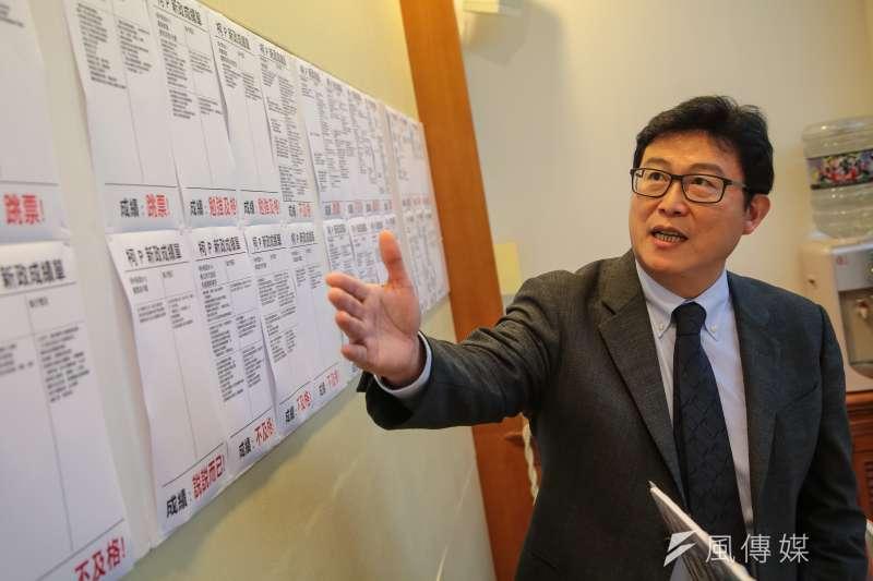 民進黨立委姚文智針對台北市長柯文哲施政三年舉行記者會,不過,民進黨似乎對他志在台北市長選舉視而不見。。(顏麟宇攝)