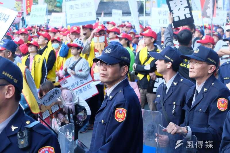 勞基法大遊行中的警察(謝孟穎攝)