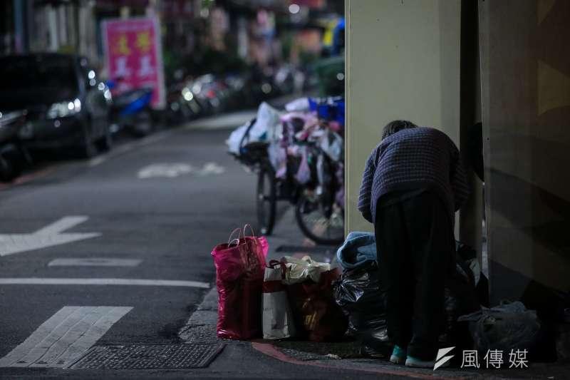 人們以為把街友驅離後便可眼不見為淨,殊不知無論一個人成為街友背後的原因是什麼,他(她)們都是社會不可分隔的一部分。(顏麟宇攝)