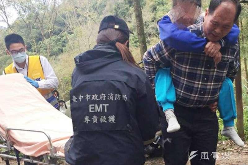 愛鄰守護隊深入山區為一名行動不便卻又生病的長者即時轉介醫療機構救助。(圖∕曾家祥攝)