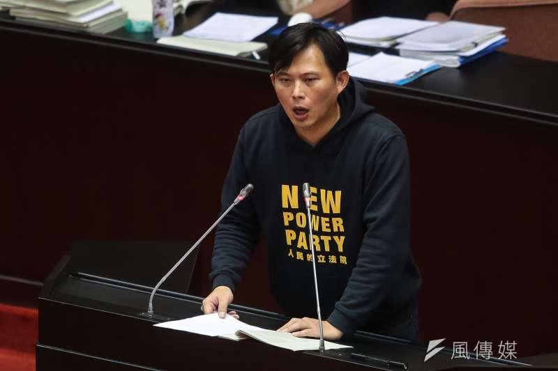 《金融科技發展與創新實驗條例》在2017年12月29日三讀通過,也讓台灣成為第一個推行「監理沙盒」制度的成文法國家。圖為2017年12月立法院舉行第四會期最後一次院會,時代力量立委黃國昌於《金融科技發展與創新實驗條例》審查時發言。(資料照,顏麟宇攝)