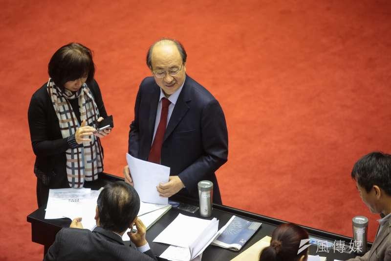 民進黨總召柯建銘29日於議場內與國民黨團幹部交談。(顏麟宇攝)