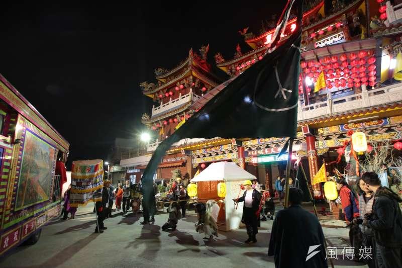由野青眾發起的「百野遶境」跨年藝術遊行,從12月29到31日,徒步3天從關渡走到華山文創園區。圖為隊伍30日晚間抵達社子島坤天亭。(顏麟宇攝)