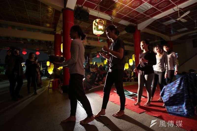 20171230-百野繞境跨年藝術遊行30日晚間抵達社子島坤天亭,並於廟內舉行晚間劇場活動。三語事劇團演出。(顏麟宇攝)