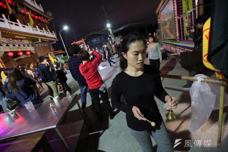 20171230-百野繞境跨年藝術遊行30日晚間抵達社子島坤天亭,並於廟前廣場舉行晚間活動。(顏麟宇攝)
