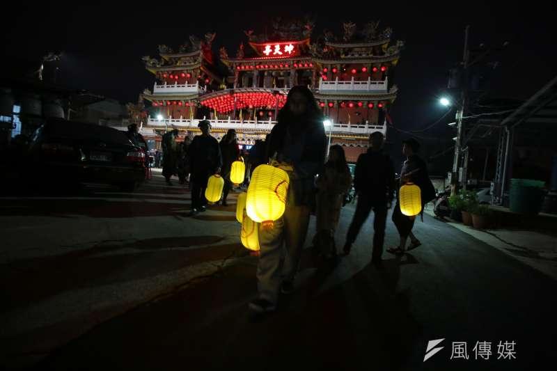 20171230-百野繞境跨年藝術遊行30日晚間抵達社子島坤天亭,並於晚間劇場活動結束後手提燈籠步行至河岸邊。(顏麟宇攝)