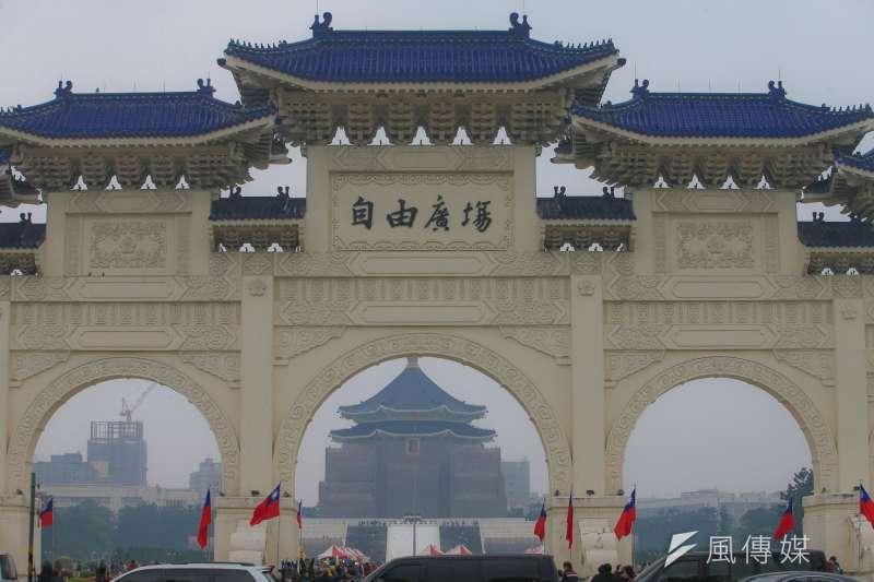 作者指出,儘管台灣人已對民主制度相當熟悉,但其實民主在人類歷史上從來不是一個理所當然的制度。圖為自由廣場。(資料照,陳明仁攝)