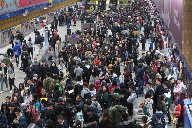 20171231-台北最High新年城跨年晚會31日於市府前廣場舉行,約莫四點捷運市政府站人潮已逐漸湧現。(顏麟宇攝)