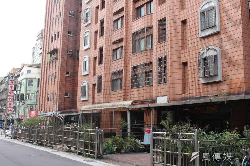 台北市永吉路上的一個社區建築被認定為海砂屋,住戶雖有3分之2同意都更,但卻遲遲未有建商推動。(方炳超攝)