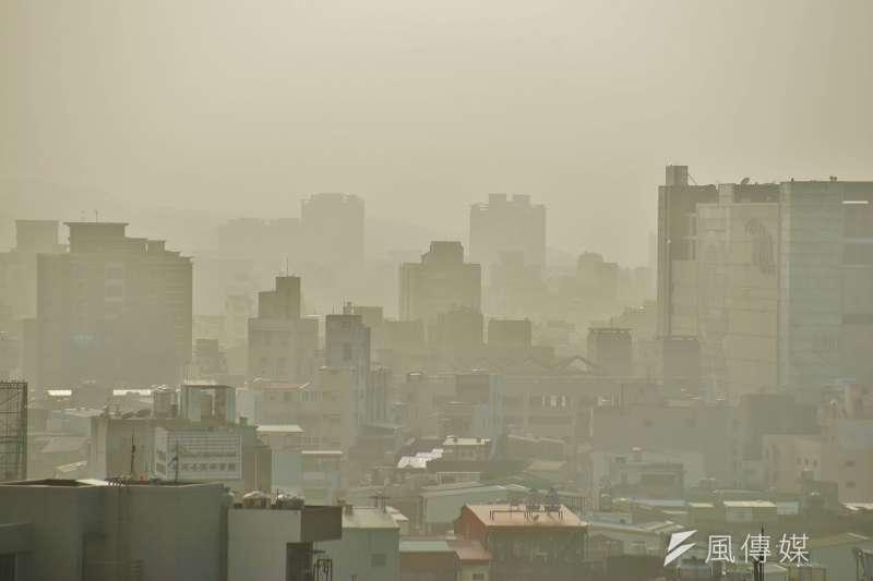 環保署表示,因大陸冷氣團減弱、高屏內陸地區擴散條件變差,高屏地區23日空氣品質已達「橘色警戒」等級,提醒民眾減少戶外活動,若要外出應戴上口罩。(資料照,盧逸峰攝)