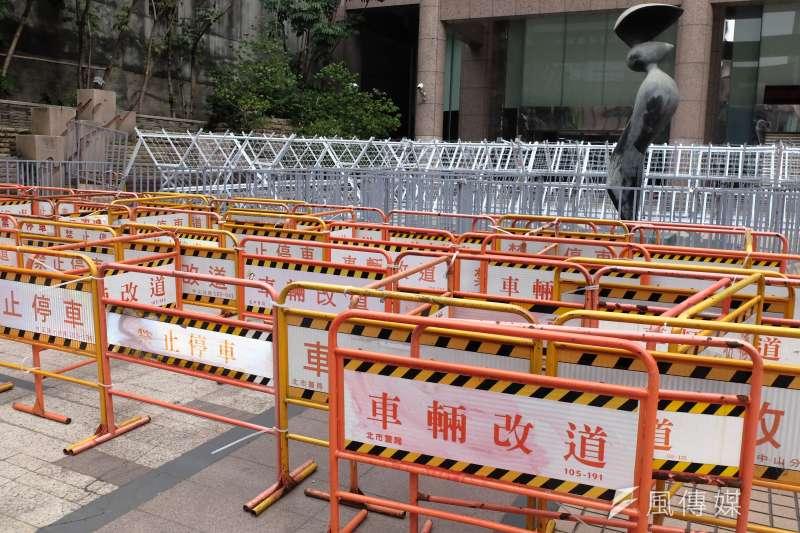 勞動部於今早祭出層層鐵柵加上白拒馬佈陣,大門前一整片空地遭擋滿。(謝孟穎攝)