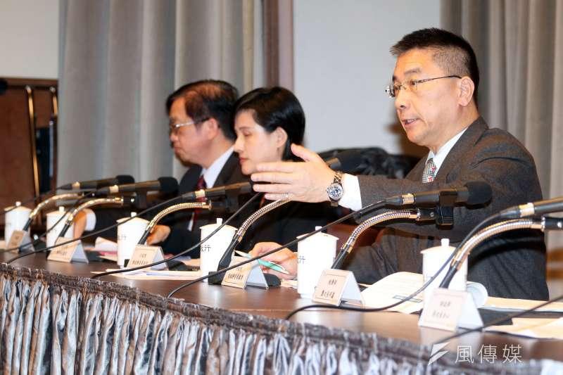 20180104-行政院上午舉行院會會後記者會,由發言人徐國勇(右)主持。(蘇仲泓攝)