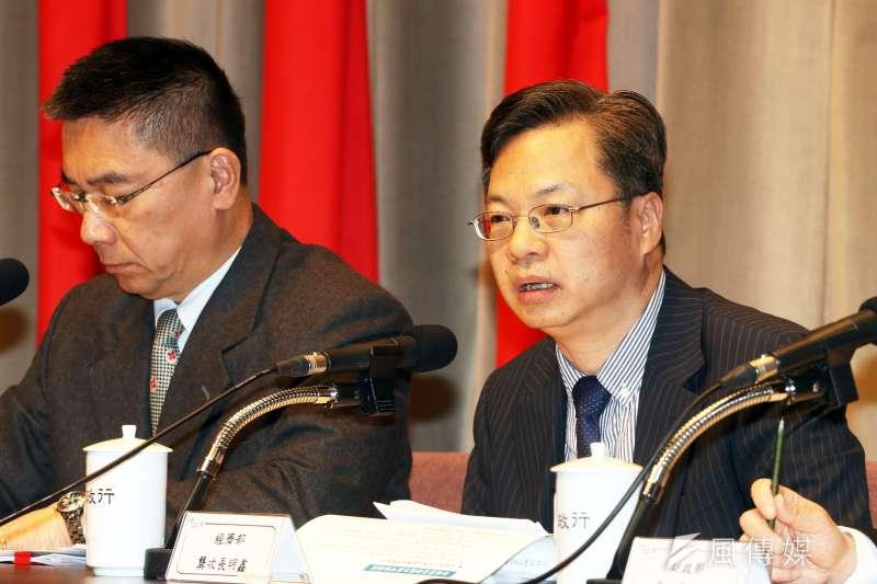 行政院政務委員龔明鑫(右)表示,為因應新冠肺炎衝擊國內產業,消費抵用券適用範圍將納入藝文產業,實際執行規模可能會超過經濟部規劃的20億元。(資料照,蘇仲泓攝)