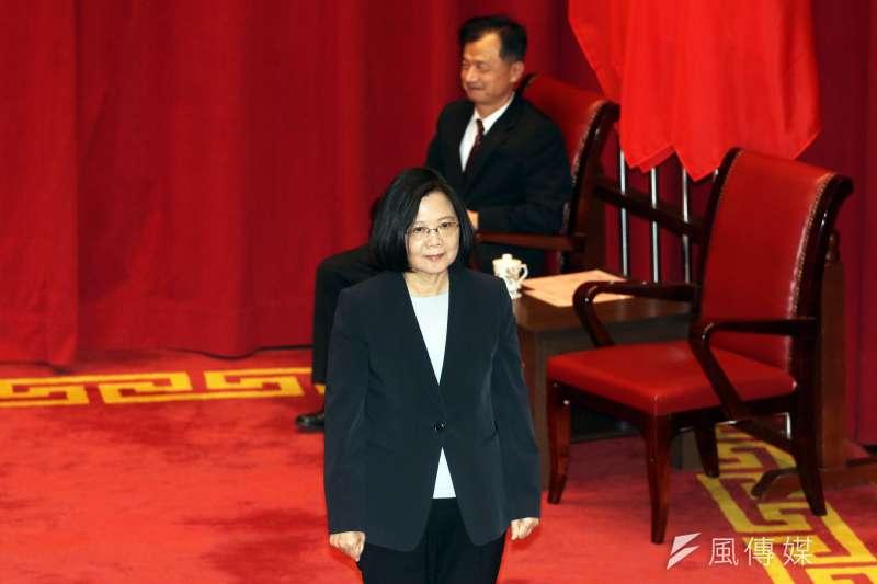 20180104-總統蔡英文上午參加調查局54期結業典禮,後方坐位上的是法務部長邱太三。(蘇仲泓攝)