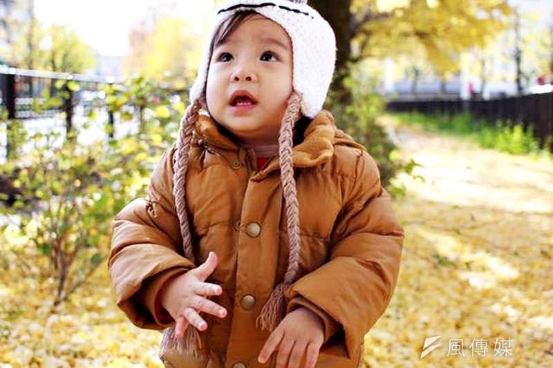 天氣變冷,該給寶寶穿多少才好?美國兒科醫生傳授冬季穿衣三原則。