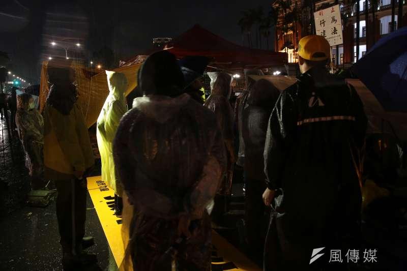 20180106-時代力量立院黨團6日持續於總統府前凱道靜坐禁食,並於現場召開記者會後,再次遭警方舉牌。(顏麟宇攝)
