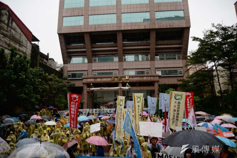 2080107-移工大遊行,移工團體聚集在勞動部前。(甘岱民攝)