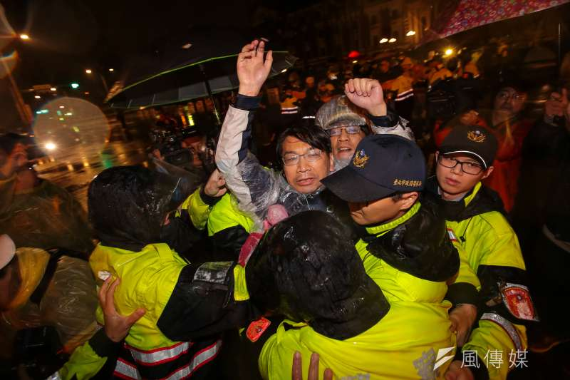 d5時代力量與總統府前靜坐近60小時後,警方開始清場帶離。圖為立委徐永明。(顏麟宇攝).jpg