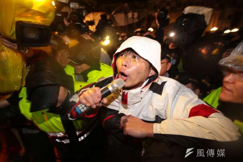 總統府前靜坐抗議的5名時代力量立委今晨遭警驅離,此次驅離前,警方以「告知」柯文哲取代「詢問」,避免責任轉嫁到柯身上。圖為黃國昌遭驅離。(顏麟宇攝)