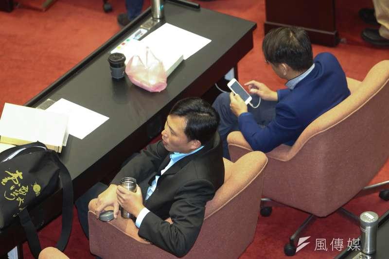 立法院臨時會,府前抗議遭清場的時力立委黃國昌、徐永明出席臨時會。(陳明仁攝)