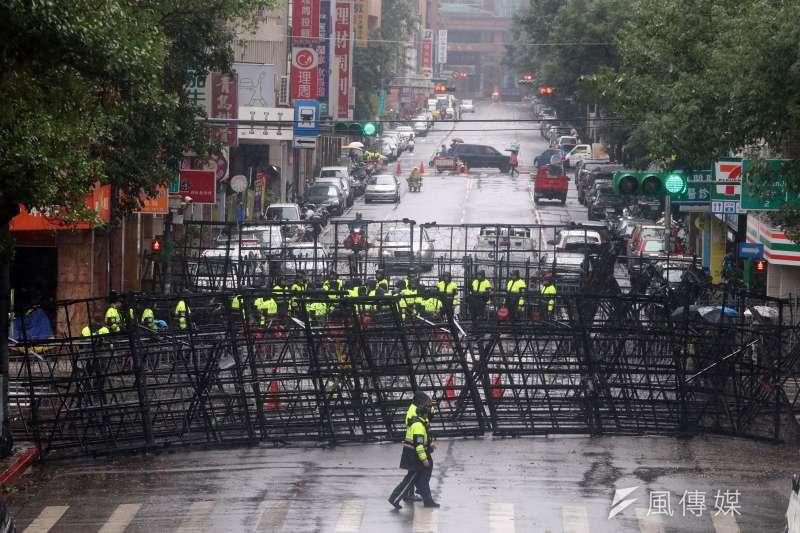 針對此次警方劃出遊行禁制區的行為,台權會表示此舉嚴重違反人權,譴責民進黨政府及總統蔡英文。(蘇仲泓攝)