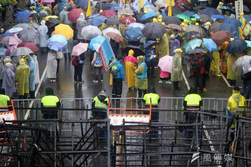 20180108-立法院臨時會預計將處理勞基法修正草案,勞團上午前往院外抗議,警方如臨大敵,架起拒馬將陳抗民眾隔絕開來。(蘇仲泓攝)