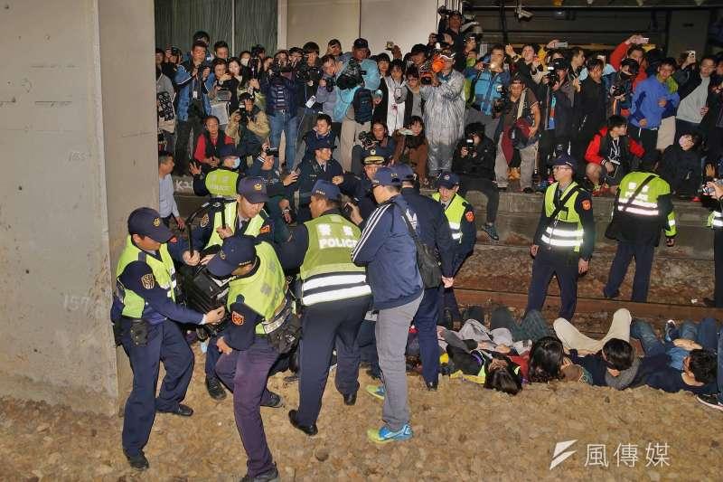 20170108-勞團於台北車站月台臥軌,遭警方抬離現場。(盧逸峰攝)