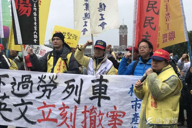 2018-01-09-五一行動聯盟反對勞基法修惡,立院外持續抗爭,竹產總理事長詹素貞發言。(謝孟穎攝)