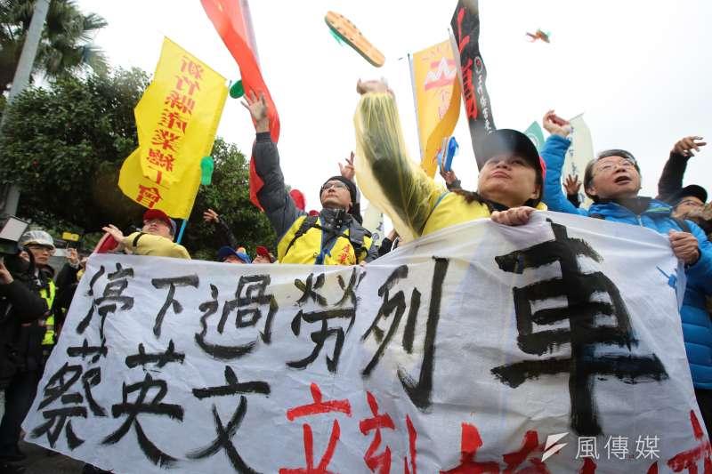 工會成員分發一雙雙拖鞋,丟向總統府表達抗議。(顏麟宇攝)