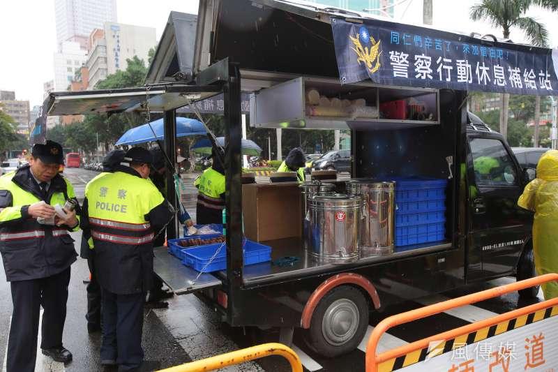 警察行動休息補給站9日於立院周遭不定時提供警員薑茶、咖啡、麵包等補給品。(顏麟宇攝)