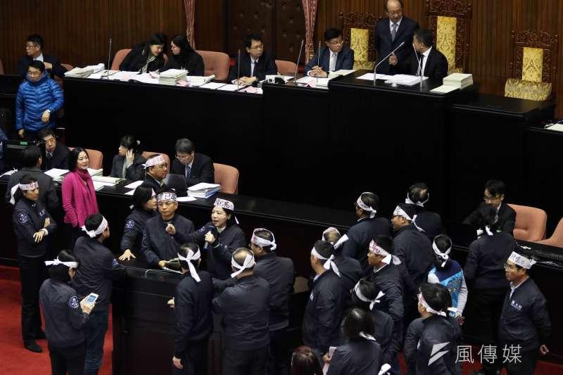 立法院臨時會預計處理勞基法修正草案,傍晚因為議事程序問題,國、民兩黨委員發生口角,雙方站在議場中間互不相讓。(蘇仲泓攝)