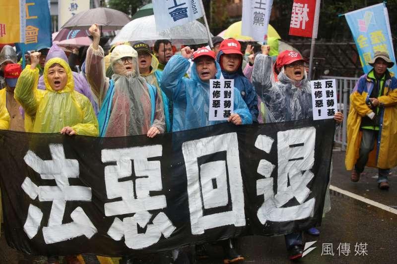 五一行動聯盟反對勞基法修法,立院外持續抗爭。(顏麟宇攝)