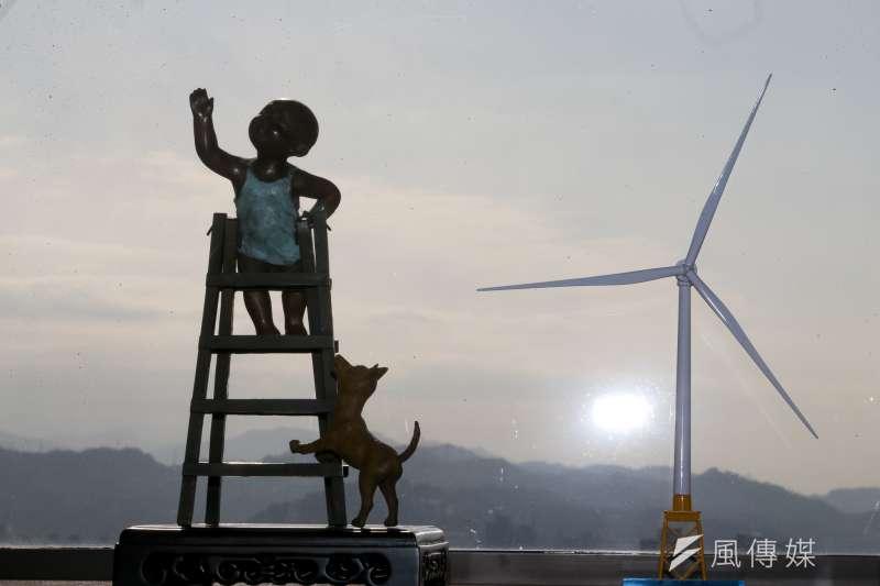 20180110-台電董事長楊偉甫專訪,念茲在茲,他擺在辦公室的150-6MW離岸風力發電機組模型。(陳明仁攝)