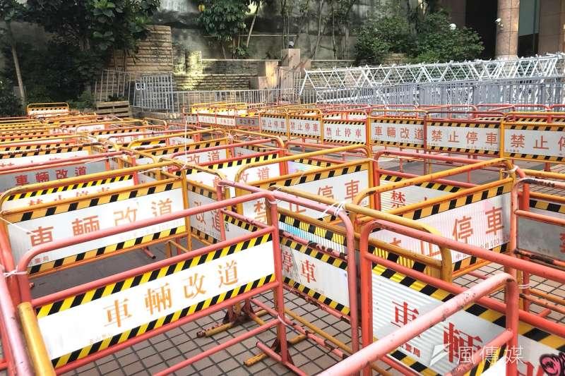 勞動部外架起層層交叉改道牌、多層鐵馬護欄與白拒馬封鎖一整個廣場,引發網友大肆抨擊。(謝孟穎攝)