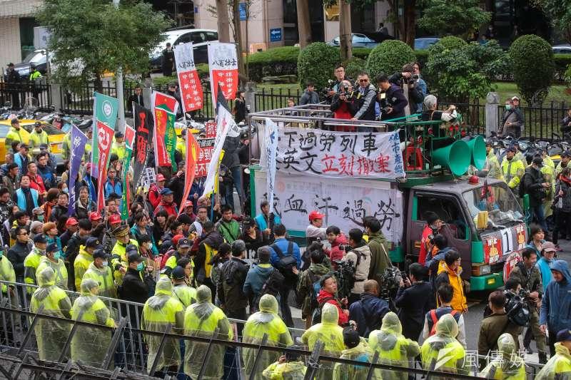 勞基法10日三讀通過,勞團於立院外抗議。(顏麟宇攝)