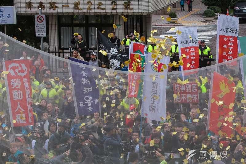 立院外勞團10日於《勞基法》修正案通過後,於群賢樓前撒冥紙抗議。(顏麟宇攝)