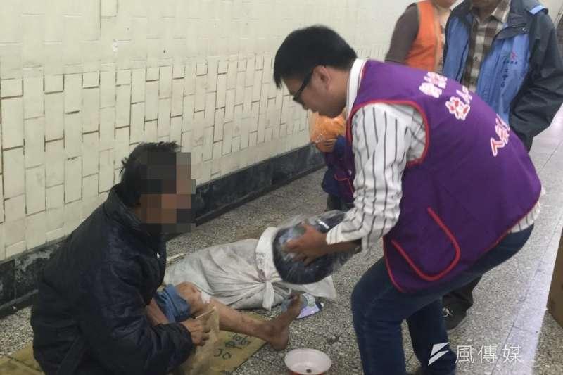 霸王級寒流來襲,台中市政府啟動應變機制,為街友提供熱食、熱飲、外套及睡袋,並進行妥適安置。(圖/曾家祥攝)