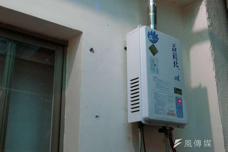 台中市消防局提醒居家使用瓦斯熱水器時,在天冷也務必「開啟一扇窗」,保持良好通風環境。(圖/王秀禾攝)