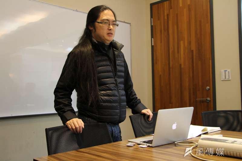 《風傳媒》國際新聞中心首度舉辦「編譯記者的冒險工廠」研習營,主任李忠謙講述理論與現實的落差(國際中心攝)