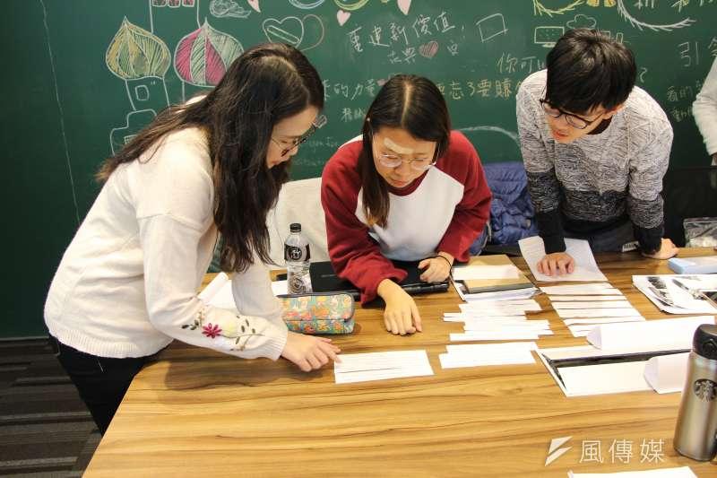 《風傳媒》國際新聞中心首度舉辦「編譯記者的冒險工廠」研習營,學員參與實務挑戰活動,學習抓住頭段重點及組合事件脈絡的技巧(國際中心攝)