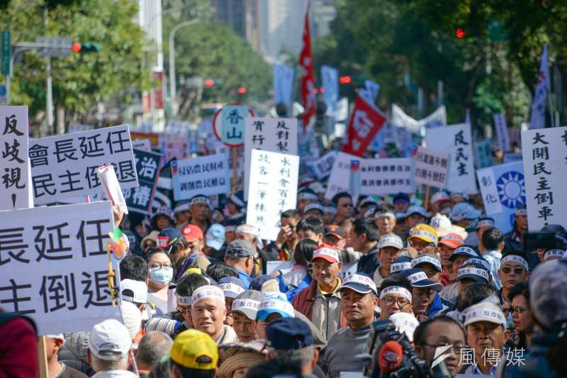 20180116-農田水利會改公務機關,國民黨極力反對,今天下午動員萬人包圍立法院抗議。(甘岱民攝)