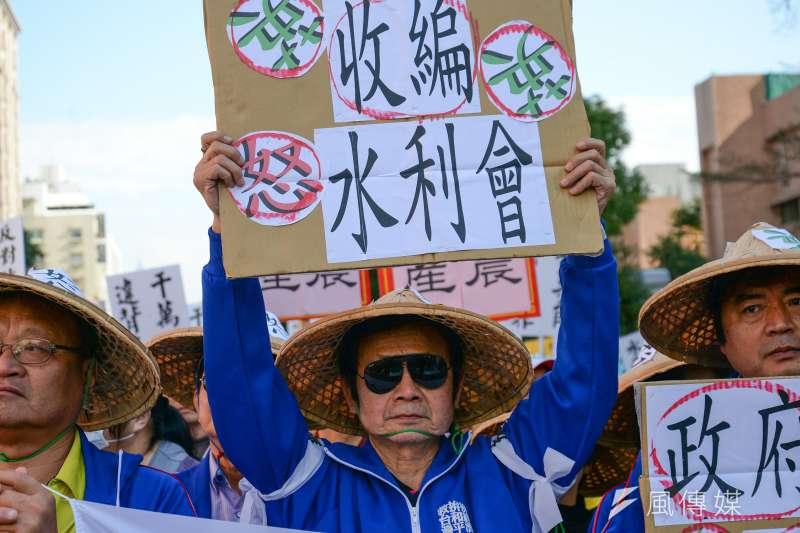 農田水利會反對改公務機關,動員萬人包圍立法院抗議。(資料照,甘岱民攝)