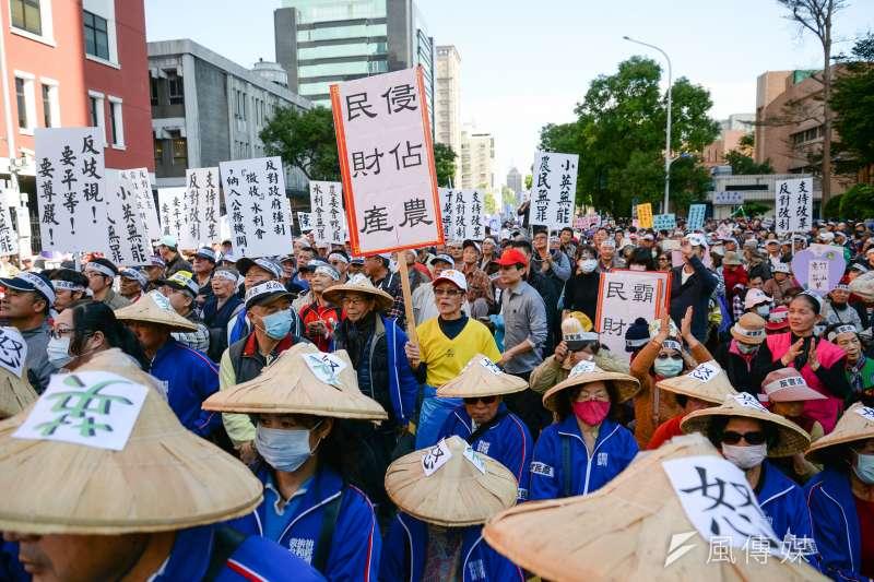 農田水利會改公務機關,國民黨極力反對,曾於2018年初時動員萬人包圍立法院抗議。(資料照,甘岱民攝)