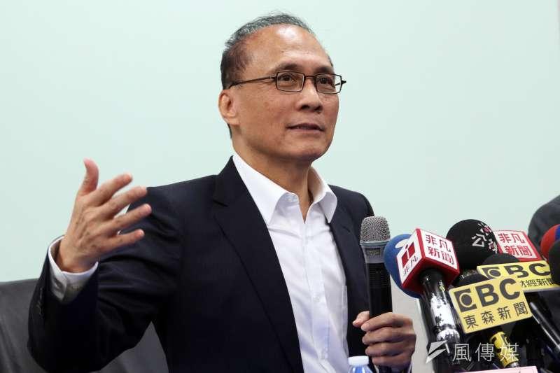 20180116-台灣東洋公司下午召開記者會,前行政院長,同時也是該公司新任董事長的林全,在總經理蕭英鈞陪同下,與媒體見面。(蘇仲泓攝)