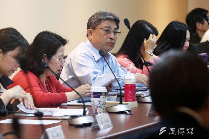 台北市都發局下午召開大巨蛋都審幹事會,由總工程司羅世譽(中)主持會議。(蘇仲泓攝)