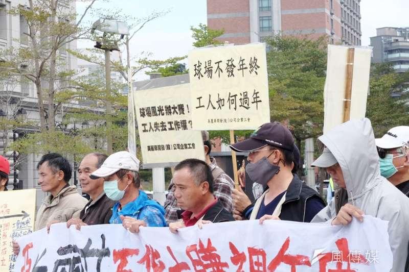 2017-01-18-美麗華企業工會與聲援團體於美麗華百貨前抗議,抗議公司解雇18名員工02。(謝孟穎攝)