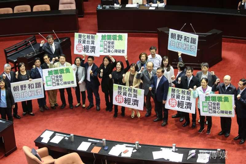 民進黨首度達成「完全執政」,在立法院也取得多數席次,但台灣民意基金會民調,高達58%民眾不滿意執政表現。圖為民進黨立院黨團。(資料照,顏麟宇攝)