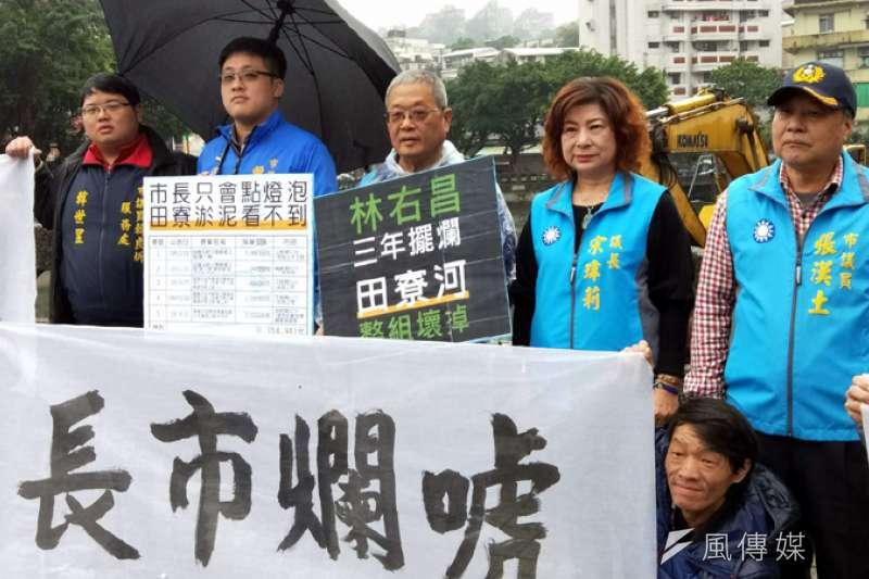 基隆市議長宋瑋莉與多位議員到田寮河邊,針對清淤問題抨擊市長林右昌。(圖/張毅攝)