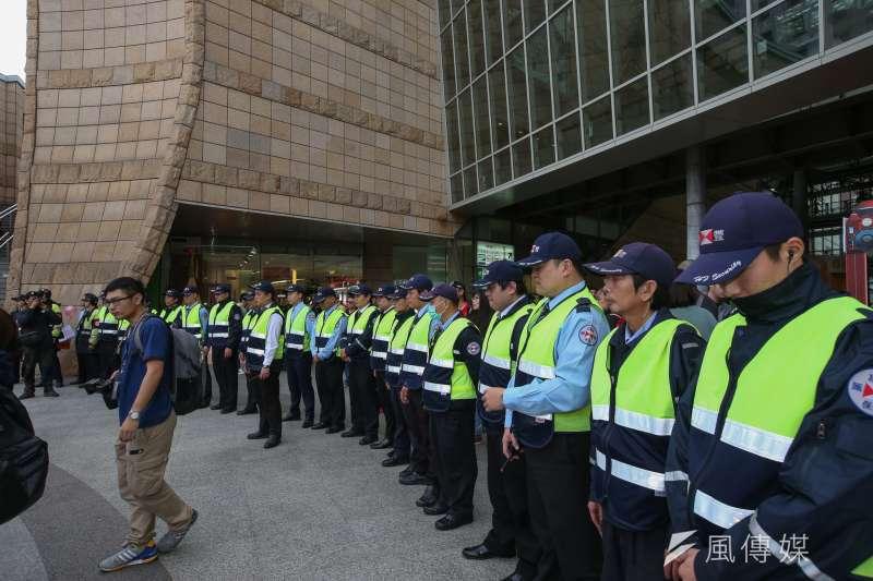 20180121-美麗華工會在內湖美麗華百樂園進行「破壞罷工,迴避協商,協尋美麗華董事長」,以抗議不當解雇,和大批保全對峙且發生推擠。(陳明仁攝)